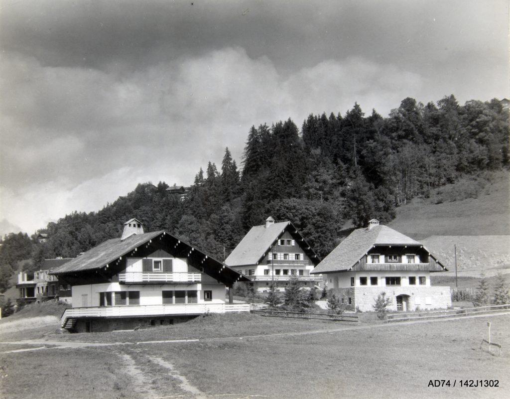De gauche à droite : Chalets du skieurs l'Ombre blanche, le Sarto et le Cairn, milieu des années 1940 – Plateau du Calvaire à Megève (74)