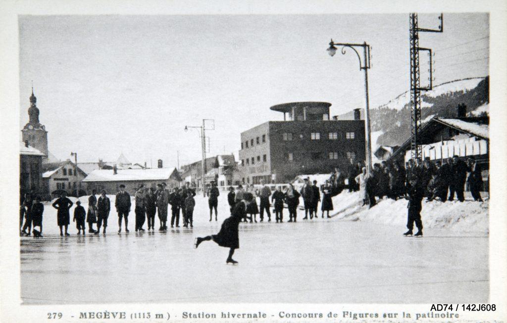 Carte postale, années 1930 la patinoire de Megève (74) et en arrière plan l'hôtel Albert Ier