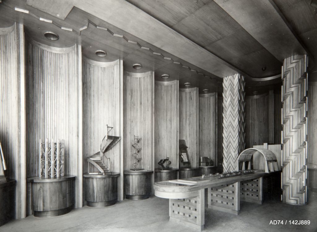 La salle des maquettes dans le Palais du Bois, 1937 – Exposition internationale à Paris