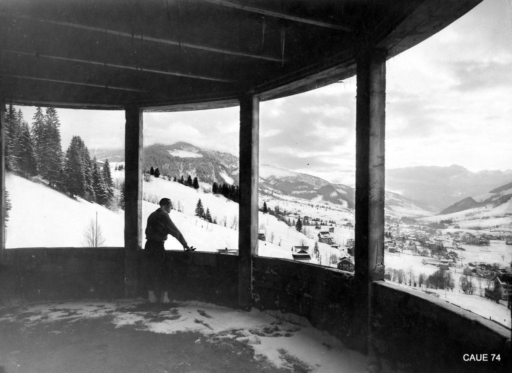 H. J. Le Même à la fenêtre de la rotonde ajourée du collège Le Hameau lors de sa construction, 1935 – Megève (74)